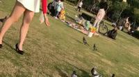 公园喂鸽子的肉丝高跟鞋少妇, 性感迷人