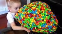 萌娃  熊孩子做了一个超级大心形棒棒糖王