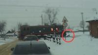 少年戴耳机过铁路 被火车撞飞奇迹生还