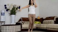 小背心姐姐紧身裤配高跟鞋, 在家练习广场舞, 有点羞答答