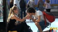 【搞笑自拍】美国小哥教你撩妹套路: 街头求吻妹