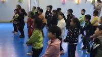 幼儿园年终晚会彩排, 老师教C哩C哩的舞蹈, 男孩跳得像个机器人