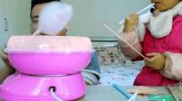 """父女试吃自己做的""""棉花糖"""", 亲手做的棉花糖, 可把女儿乐坏了"""