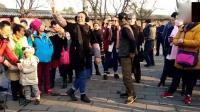 天坛公园北京大爷和外国妞跳尬舞, 人越多越来劲