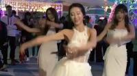 美女穿婚纱大街跳舞