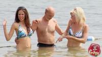 恶作剧: 美女泳池恶搞痴汉在水中放屁
