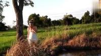柬埔寨小嫂子带我到河边打洞抓泥鳅, 没学会的多看几遍