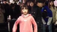 韩国街头美丽的小姑娘现场舞蹈