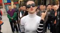性感美女街头热舞, 引来大群人围观!