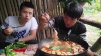 户外美食主播: 吃货兄弟俩山中木屋涮火锅, 肥牛20包都不够吃!