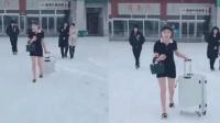 二货表妹从三亚回来, 零下20度就穿这身, 这脑子肯定秀逗了!