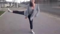 美女在马路边拍跳舞视频, 不一会恐怖车祸发生了