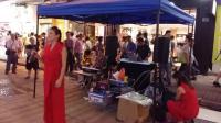 红裙美妇夜香港街头演唱经典老歌《舞女》