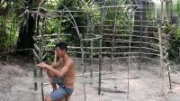 荒野求生: 小哥用干草搭建了户外茅草屋, 看完只能双手鼓掌