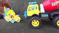 小拖车拉着大卡车去工作, 自行车拉着水泥罐车在路上行驶, 趣味儿童玩具