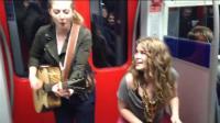两美女在地铁里与路人大叔配合, 超级好听! 地铁全场鼓掌
