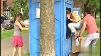 """国外移动厕所恶搞视频: 好心""""救人"""", 打"""