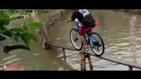 奇葩的水上自行车比赛, 不掉水里奖励10万块, 看完之后你有心动吗