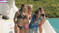 摄影师正带着一群美女拍海滩写真, 没想到全部成为五头鲨鱼的美餐