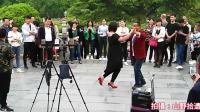西安兴庆公园一主播在镜头前与现场美女跳起了双人舞, 观众围观!