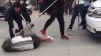 女子街头碰瓷竟拦警车 民警持防爆网将其制伏