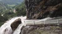 尼泊尔的一段山路,路面是湍急的水流,路边是300米的深渊
