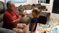 大人们给小宝宝变魔术,小家伙们看的非常开心,各种表情很有趣!