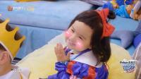饺子化身白雪公主! 大麟子为救白雪公主 亲吻了她! 饺子那叫一个开心呀!