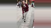 美女街头尬舞表演 一个深蹲, 不料裤子破了!