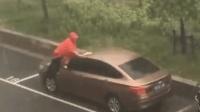 暴雨中男子淡定洗車 網友: 別穿雨披順便洗澡
