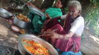 印度老奶奶户外做饭, 一道印式咖喱鸡蛋, 孝顺的孩子们帮着做