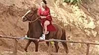 看这美女骑马的动作在就让人浮想联翩!
