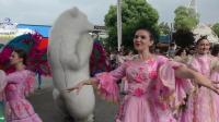 大白熊与乌克兰美女一起跳舞, 引数千人围观叫好