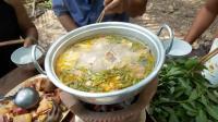 越南小伙熬了锅清鸡汤, 做鸡汤火锅, 一家人在户外吃的其乐融融