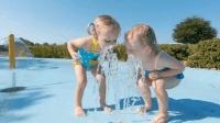 看着可爱的五胞胎玩喷泉, 终于相信外国的喷泉水真的是可以喝的