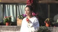 赵丽颖拿着个西红柿就站在院子里吃, 还问谢娜: 你吃吗? 太可爱了!