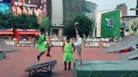 花式篮球表演之前来个小惊喜, 逗乐全场