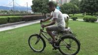中国小伙改造反向自行车, 骑行10米就奖励一瓶红牛, 结果太尴尬了