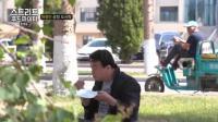 韩国美食家在中国吃盒饭, 坐在马路边草地上就开吃, 吃的可开心了!