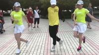 双胞胎美女和18岁小伙公园鬼步舞尬舞, 你觉得谁跳的更好呢?