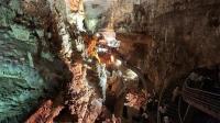 这个浩大的洞穴河流怪石难行 人们直接洞内任性建楼梯