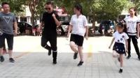 速度与激情版鬼步舞! 美女跳的很专业, 小姑娘努力的追节奏
