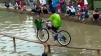 印度举行奇葩的自行车比赛, 全村人来看, 骑到终点的都是人才