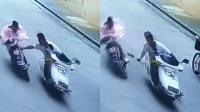 骑车女遭飞车贼当街抢包 监控还原惊险瞬间