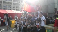 体坛直击-五星红旗现身卢日尼基体育场外 中国球迷为德国队加油