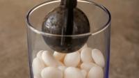 高温铁球放进薄荷糖, 产生了奇怪的东西, 看完你还想吃薄荷糖吗?