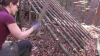 澳洲小哥  荒野求生 野外生存  生存姐  美女 在森林中建造一个别致小木屋