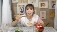 美女试吃四川夹江豆腐乳, 香辣可口, 必备的下饭菜!