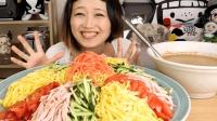 美食: 美女大胃王吃一大碗各种颜色的面! 她一个人吃真的能吃完吗?