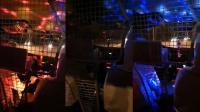 掌闻视讯 的哥在车里放奇怪灯效 乘客:打车像在蹦迪